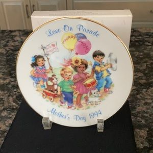 """AVON COLLECTIBLES LOVE ON PARADE""""MOTHERS DAY PLATE"""